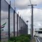 Für eine temporäre Abgrenzung Parkplatzsperren und Bauzäune einsetzen